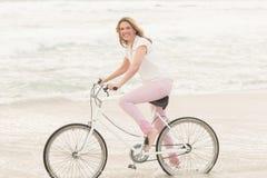 Вскользь женщина на езде велосипеда Стоковое Изображение