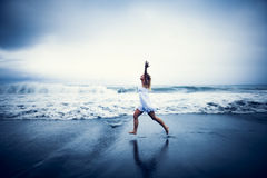 Вскользь женщина празднуя жизнь пляжем Стоковое Изображение
