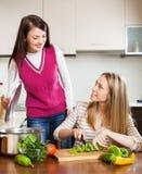 Вскользь женщины варя еду Стоковое фото RF