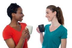 Вскользь женщины наслаждаясь кофе Стоковые Фотографии RF
