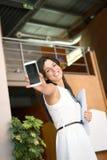 Вскользь коммерсантка показывая мобильный телефон Стоковое Фото