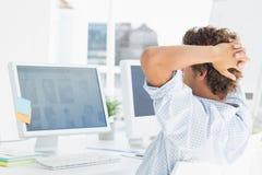 Вскользь молодой бизнесмен используя компьютер Стоковая Фотография