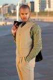Вскользь молодой парень с курткой над плечом стоя outdoors Стоковые Фотографии RF