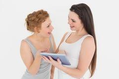 2 вскользь молодых женских друз с цифровой таблеткой Стоковое Фото