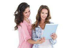2 вскользь молодых женских друз с цифровой таблеткой Стоковые Изображения RF
