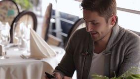 Вскользь одетое в кофейне сток-видео