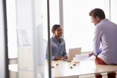 2 вскользь одетых предпринимателя работая в офисе Стоковое Изображение RF