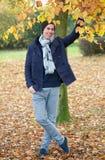 Вскользь парень усмехаясь снаружи на день осени Стоковое фото RF