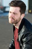 Вскользь парень grinning outdoors с черной курткой Стоковые Фотографии RF