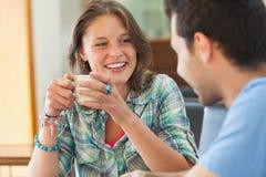 2 вскользь студента имея чашку кофе Стоковое Изображение RF