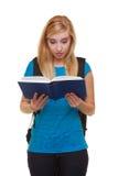 Вскользь студентка девушки с книгой чтения рюкзака сумки учит изолированный Стоковые Фото