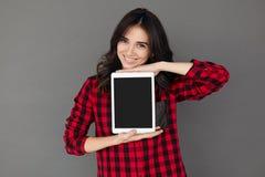 Вскользь счастливая женщина показывая таблетку цифров с пустым экраном Стоковые Изображения RF