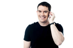 Вскользь усмехаясь человек вызывая на телефоне Стоковые Фотографии RF