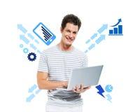 Вскользь усмехаясь человек работая на компьютере Стоковое фото RF