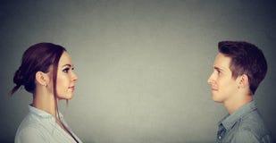 Вскользь человек и женщина смотря один другого Стоковая Фотография