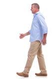 Вскользь человек постаретый серединой гуляя стоковое фото rf