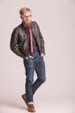 Вскользь человек стоя на предпосылке студии Стоковая Фотография