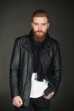 Вскользь человек с курткой бороды нося кожаной Стоковые Изображения