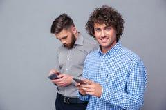 2 вскользь люд используя smartphone Стоковое Изображение RF
