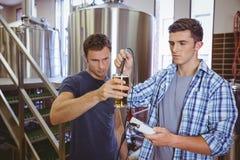 2 вскользь люд испытывая пиво Стоковая Фотография