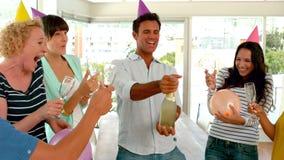 Вскользь люди делая вечеринку по случаю дня рождения акции видеоматериалы