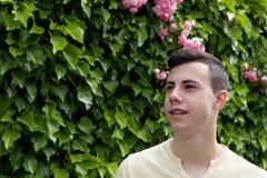 Вскользь sexteen годовалый подросток усмехаясь снаружи Стоковые Изображения