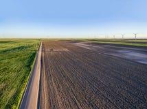 Вспаханная ферма поля и ветрянки стоковые изображения rf