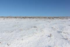 Вспаханное поле в снеге весной Стоковая Фотография RF