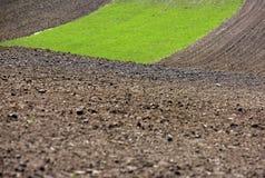 Вспаханное поле, обрабатываемая земля на весне, Стоковые Изображения RF