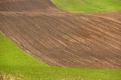 Вспаханное поле, обрабатываемая земля на весне, Стоковые Фотографии RF