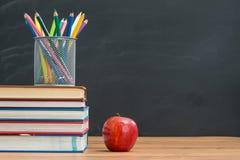 Вспомните принести карандаш и яблоко акварели для обеда когда sch Стоковые Фотографии RF