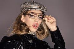 вспомогательное оборудование модное Сексуальная дама в стильном обмундировании, конце вверх Женщина на задумчивой стороне с соста стоковая фотография rf