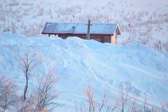 вспомогательного Хата под снегом Вьюга в холодной зиме стоковое фото rf