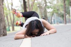 вспомогательную споткнитесь и упадитесь пока jogging Стоковое Фото