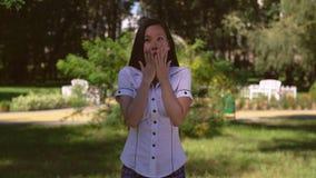Вспугнутая дама показывая эмоцию на под открытым небом сток-видео