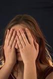 вспугнутая девушка предпосылки черная стоковое изображение rf