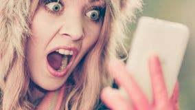 Вспугнутая испуганная женщина говоря на мобильном телефоне Стоковое Фото