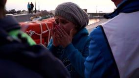 Вспугнутая мать беженца Беженцы как раз приезжали к побережью Lesvos, Греции видеоматериал