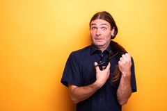Вспугнутая смешная сторона пока режущ волосы с ножницами стоковая фотография rf
