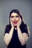Вспугнутая усиленная женщина кричащая Стоковая Фотография