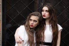 2 вспугнутая устрашенная девушка ужаса в белом халате смотря в сторону Тема хеллоуин Темное изображение красивого вспугнутого hid Стоковое Фото
