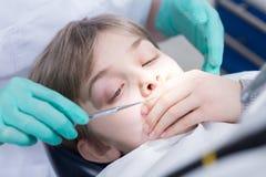 Вспугнутый его первого зубоврачебного проверки Стоковые Фотографии RF