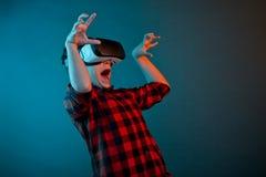 Вспугнутый мальчик в шлемофоне VR Стоковые Изображения