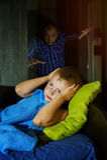 Вспугнутый мальчик испуганный в кровати на ноче, детстве опасается стоковое фото rf