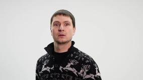 Вспугнутый человек устрашенное и испуганное, смешное выражение видеоматериал