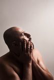 Вспугнутый человек держа руки на стороне Стоковое Изображение RF