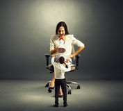 Вспугнутый человек и сердитая женщина над темнотой стоковое изображение rf