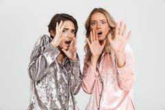 2 вспугнутых девушки нося пижамы стоковое фото rf