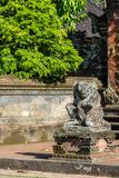 Вставатьая на колени статуя чудовища на виске Batuan, Ubud, Бали Индонезии стоковые фотографии rf