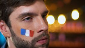 Встревоженный французский вентилятор с покрашенным флагом на щеке делая facepalm, разочарование сток-видео